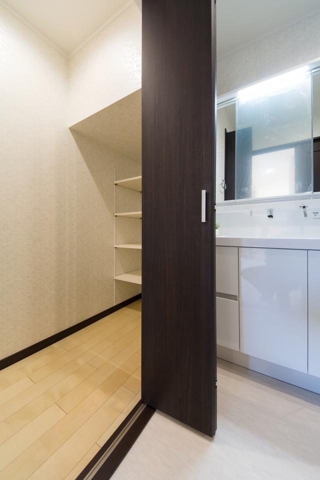 サニタリールーム内の階段下収納スペース。