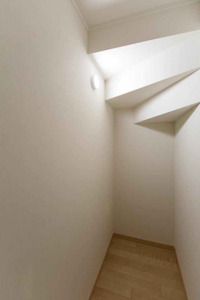 1F階段下収納スペース。