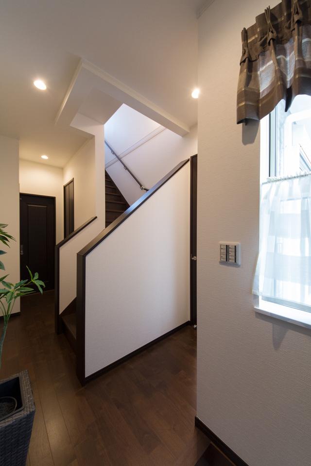 ハイスタット仕様で天井が高く広々とした空間の玄関ホール。