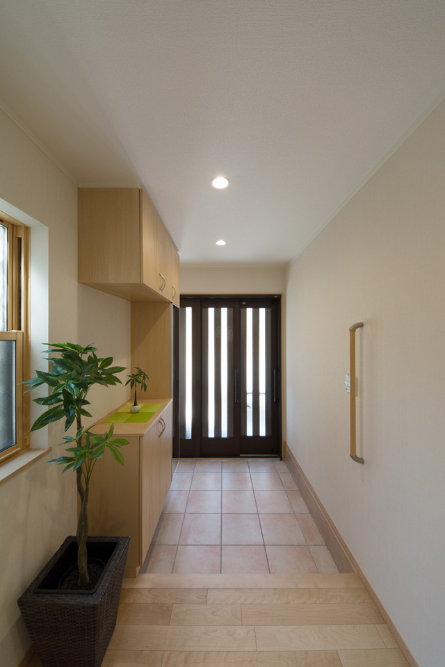 玄関引戸のスリット採光が明るくスマートなエントランス空間を創り出します。