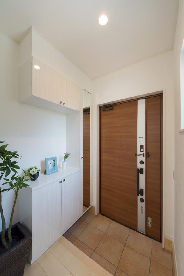 リモコンでラクにカギを開け閉めできる玄関。子供もお年寄りも使いやすい先進のキースタイル。