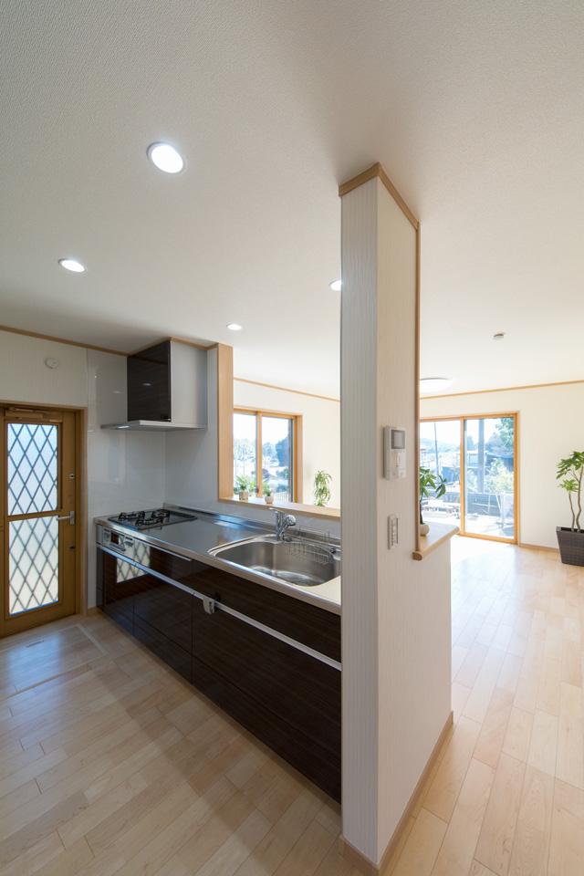キッチンの扉は、光沢のあるダーク系の色柄でモダンな空間を演出します。