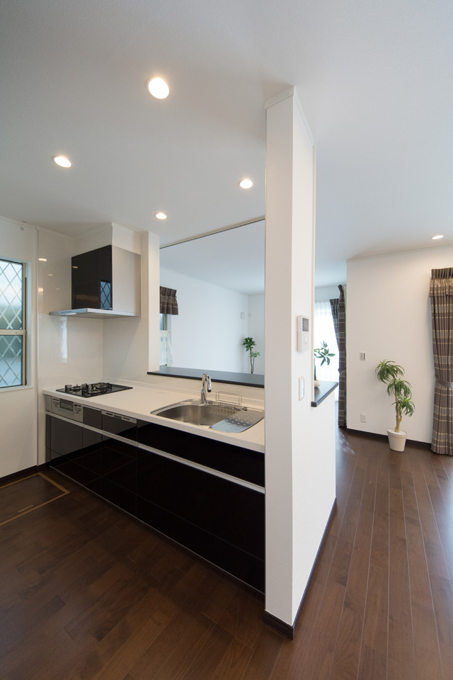 キッチン扉は、光沢のあるブラックで高級感漂うキッチンスペースに仕上がりました。
