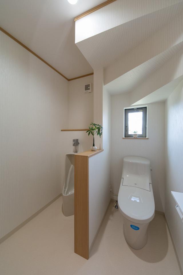 1Fトイレに男性用トイレも設置しました。1回流す水の量を考えると様式便座よりもずっと節水に繋がるそうです。