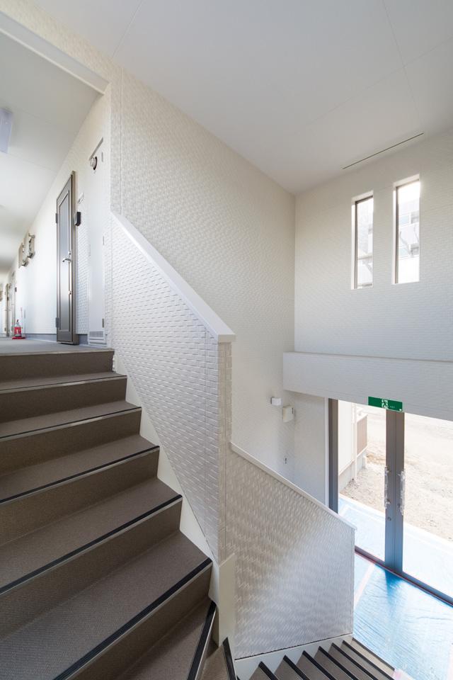 自然光が入る、明るく開放感のある共用階段。セキュリティも万全です!