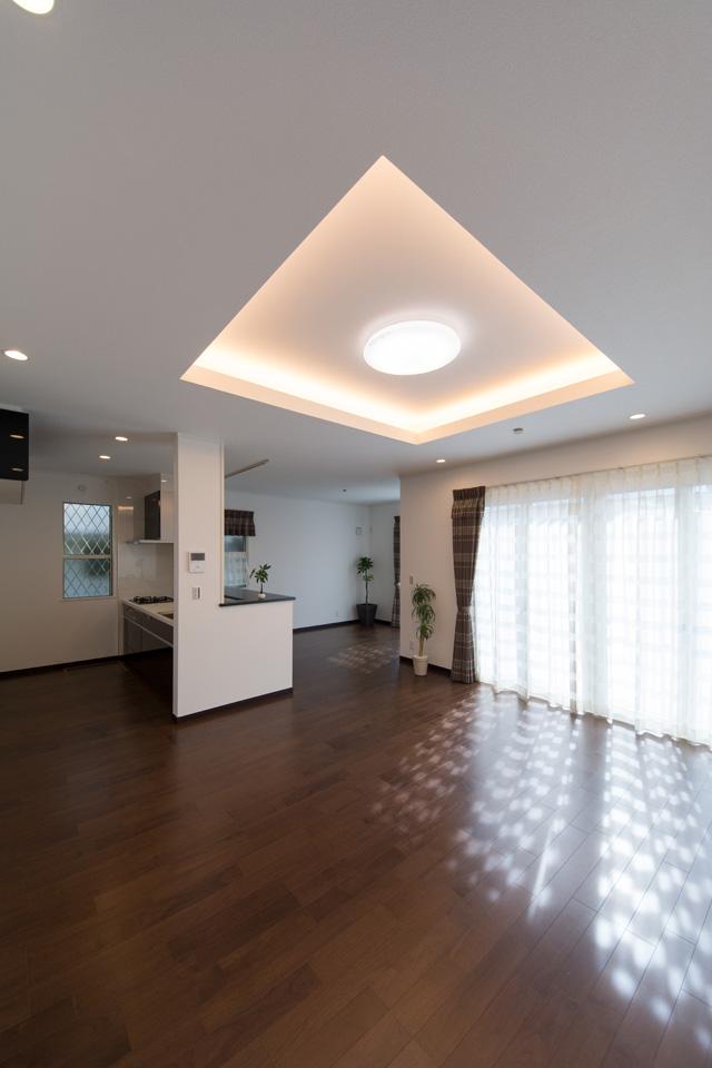 リビングに、折り上げ天井を設え間接照明を取付けました。奥行きが出て立体感を強調することができます。
