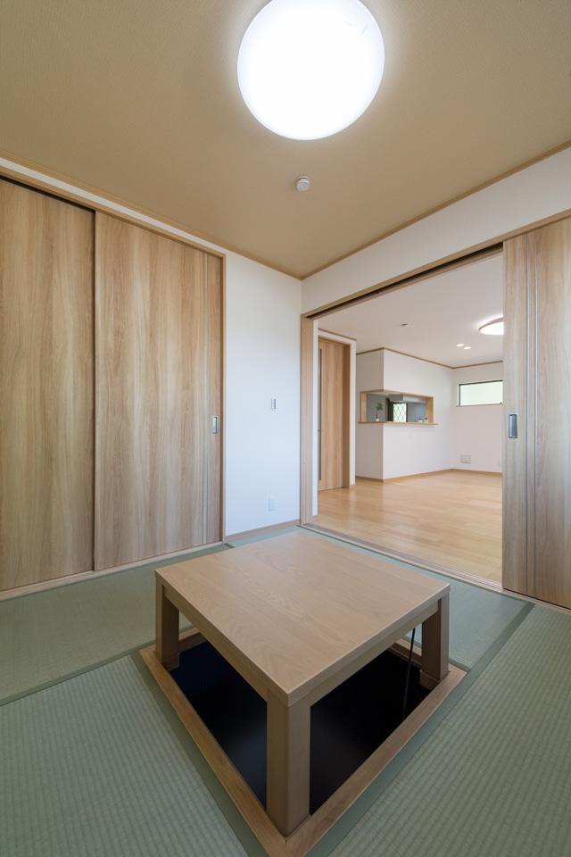 1F畳敷き洋室。扉を開けるとリビングとつながり開放的です。