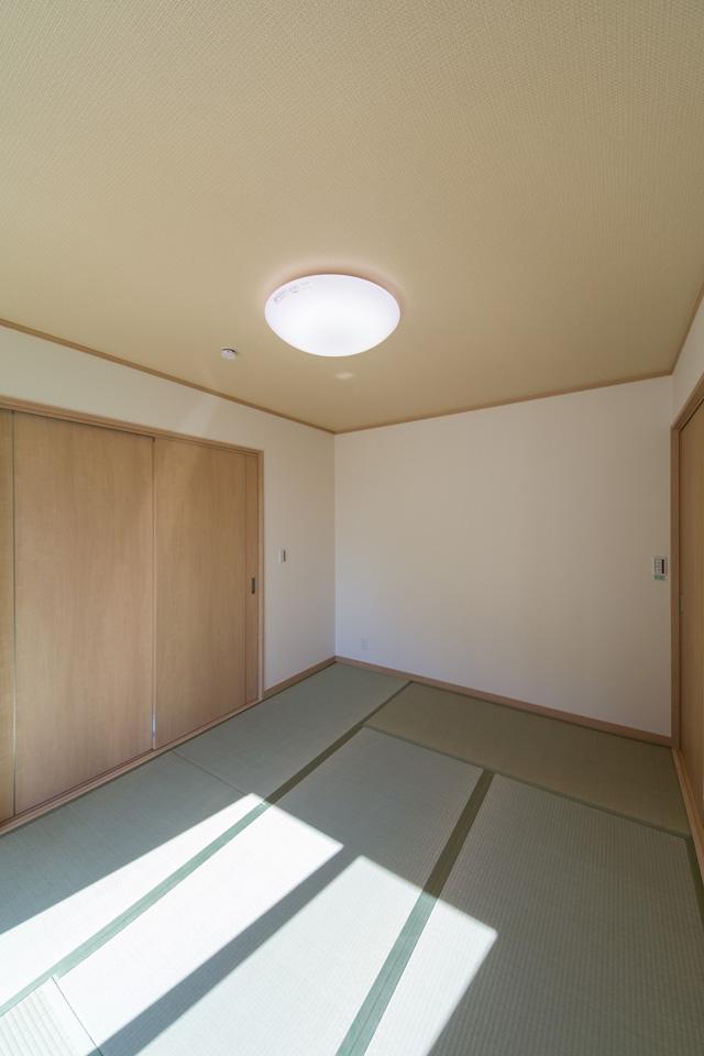 畳のさわやかなグリーンが空間を彩る畳敷きの客間。
