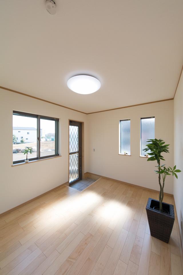 窓から自然のやさしい光が降り注ぐ1階洋室。