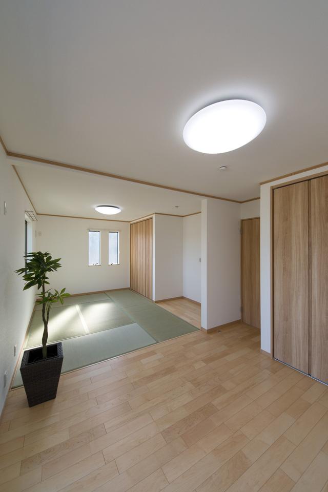 2F。洋室と畳敷洋室の間には引戸があり、開けるとお部屋がつながって空間が広がり開放的です。