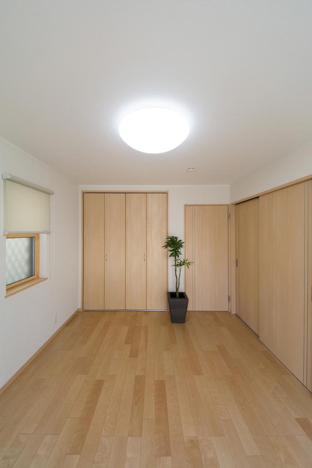 1F洋室。リビング側の引戸とホール側ドアの2箇所からお部屋に入れます。