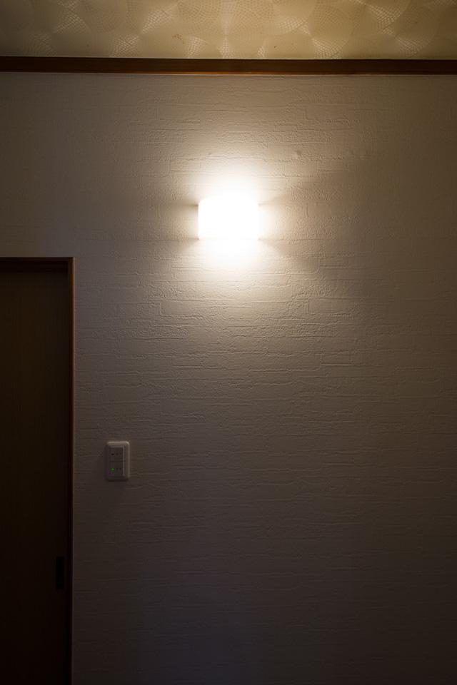 暗かった廊下にブラケットライトを設置して、雰囲気のある癒し空間に大変身しました。
