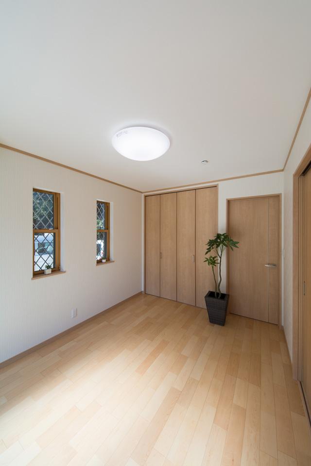 やわらかな木目が印象的なハードメープルのフローリング。ナチュラルでさわやかな空間を演出。