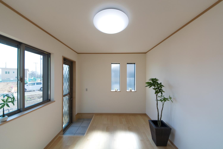 1F洋室。勝手口ドアを設置してお庭へ行きやすくしました。お庭のお手入れ作業に便利です。