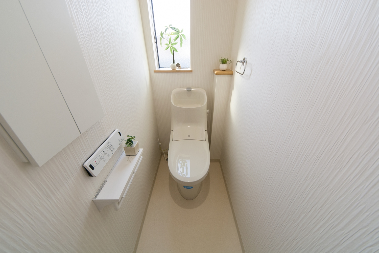 白を基調とした清潔感のある2Fトイレ。