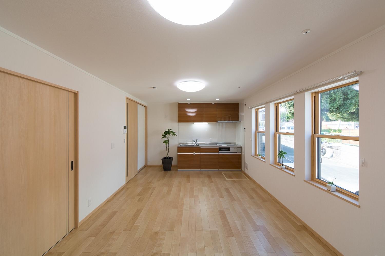 3連の上げ下げ窓が、やさしい光とさわやかな風を室内へと誘います。