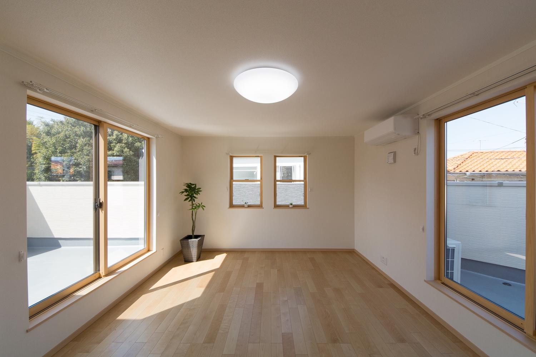 2F洋室。3面に窓を配した室内は、たくさんの光と風を招き入れ、開放感あふれる心地良い空間に。