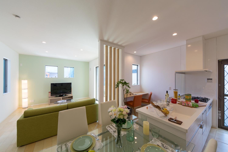 ライトグリーンのアクセントクロスが彩りある爽やかな室内を演出