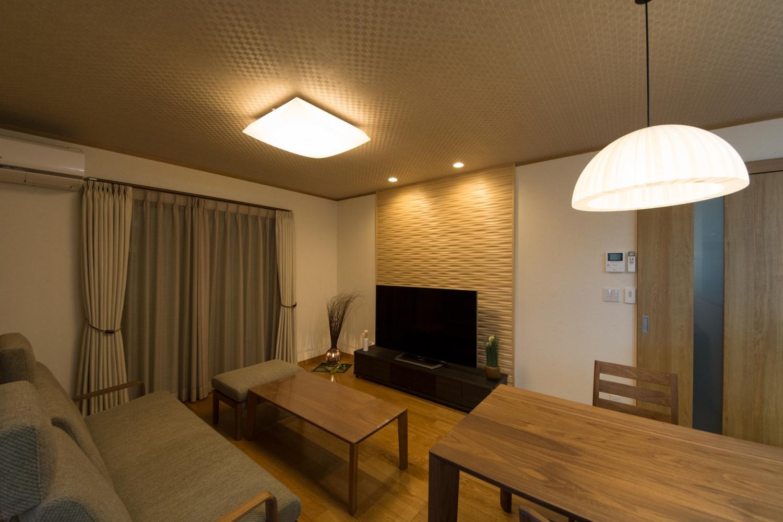 TVスペースに国産杉を活用した内装調湿デザイン建材を設え、身近に木材の意匠・手触り・香りなどを体感できる快適な室内空間となりました。
