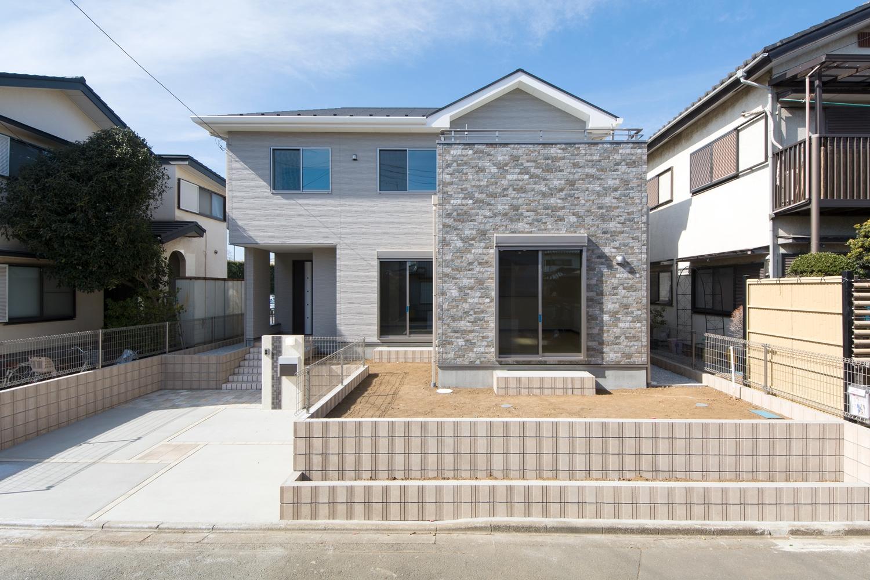 ベージュをメインに石積調ダークブラウンでアクセントとしたシンプルモダンな外観デザイン。
