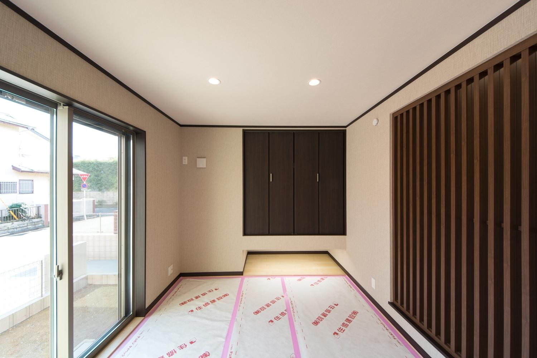スリット格子が目を惹く、和モダンな空間の1F畳敷き洋室(写真は畳設置前)