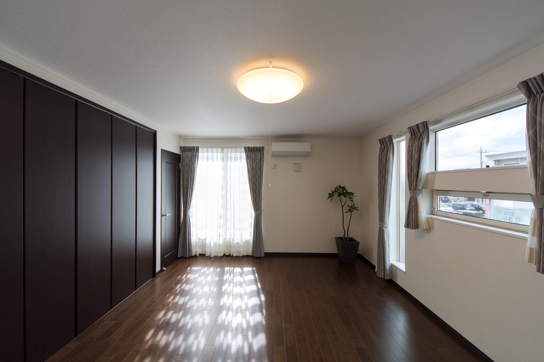 2F主寝室。2面採光がもたらす豊かな光と風が上質な空間を演出します。