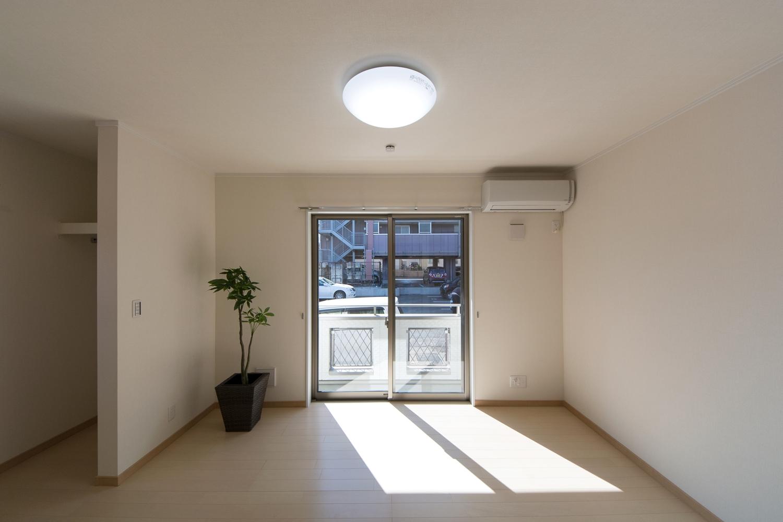 大きな窓から自然光が入る明るく開放的な室内