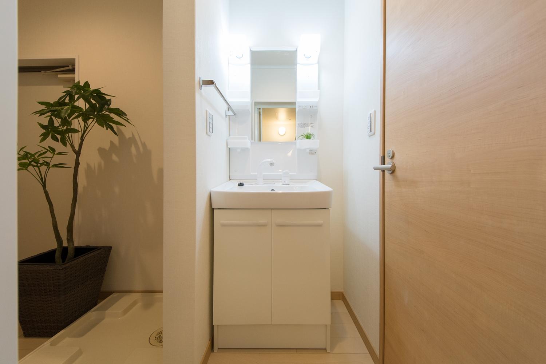 白を基調とした清潔感のある洗面化粧台スペース