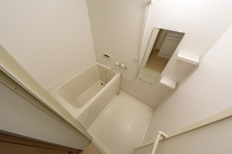 白を基調とした清潔感のあるバスルーム