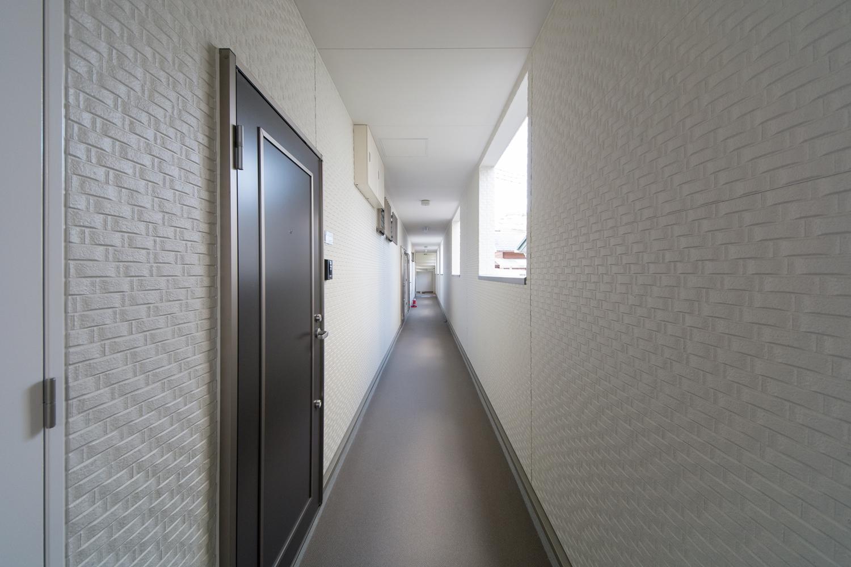 共用廊下はホワイトの壁で、清潔感のある落ち着いた空間に