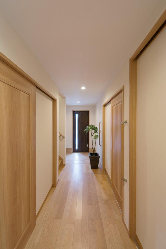 ゆとりのあるホール。玄関の縦スリットから光が差し込み、開放的で明るい空間に。
