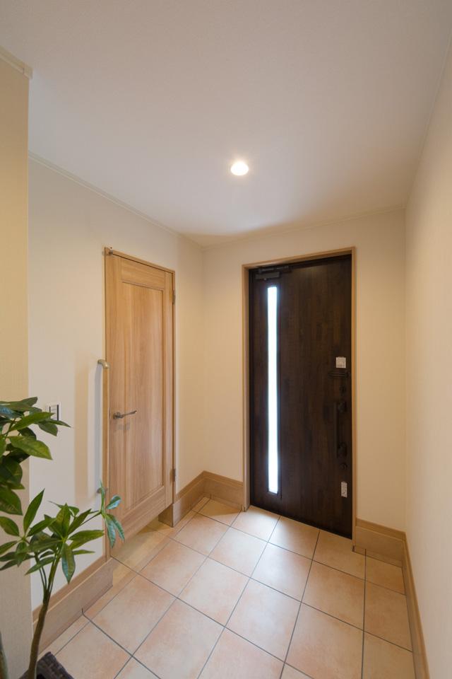 ゆとりのある玄関ホール。ナチュラルな配色で暖かみのある空間に。