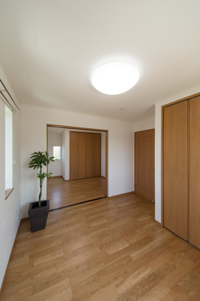 2F洋室/2つのお部屋の真ん中に引戸を設えました。開けるとお部屋がつながり開放的に。
