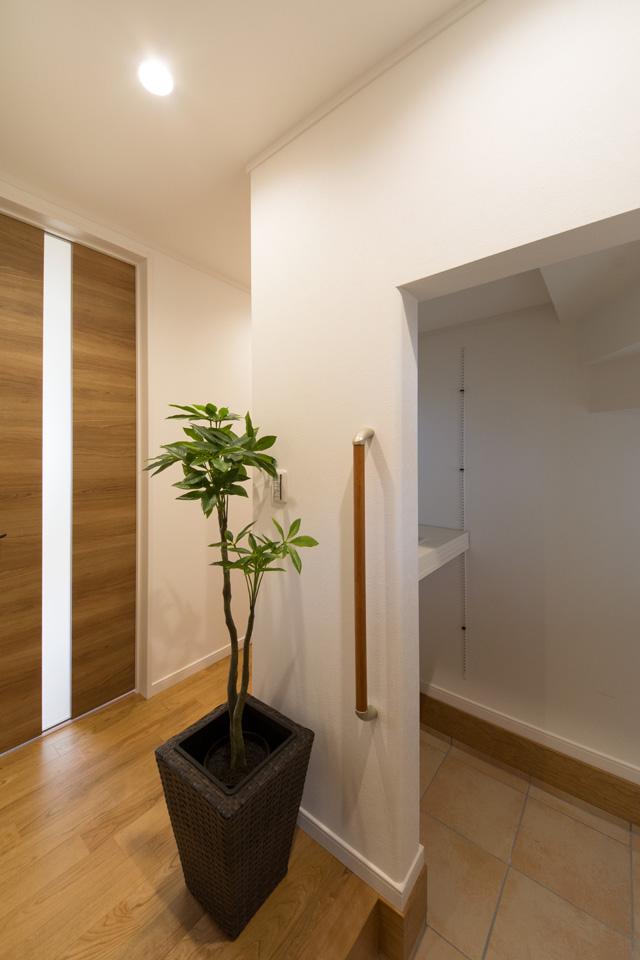 室内に持ち込めない、ベビーカーやスポーツ用品、アウトドアグッズなどの収納に便利なシューズクロークを備えた玄関