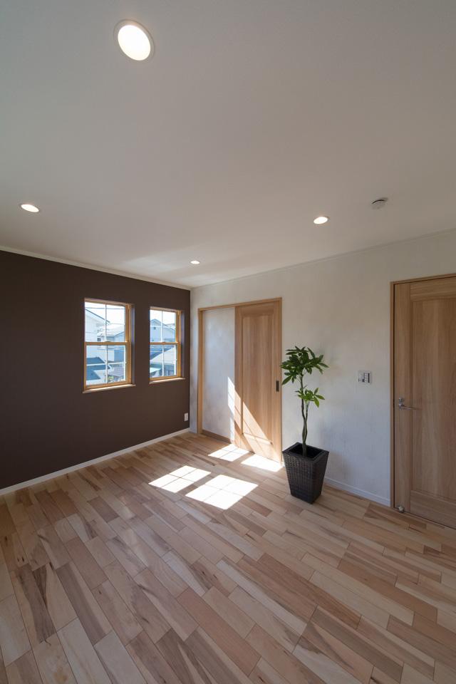 2F主寝室。木立の香りを感じさせる、上品で穏やかな空間。
