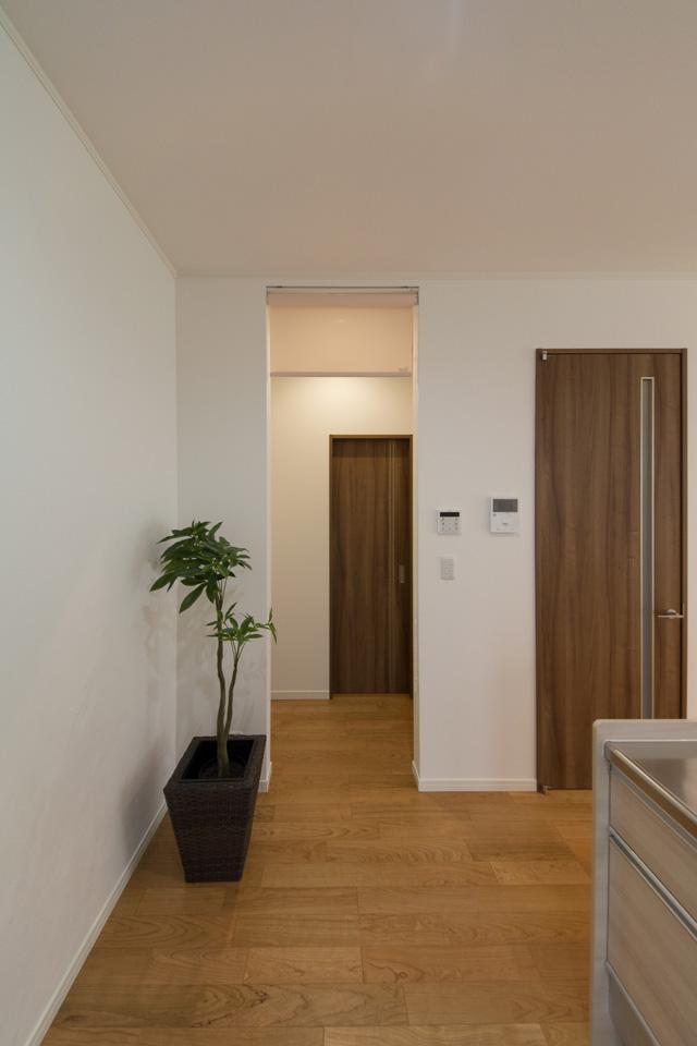 リビング→家事室→サニタリー→バスルーム間は、行き止まりのない「回遊動線」を取り入れ、家事の同時進行を快適に。