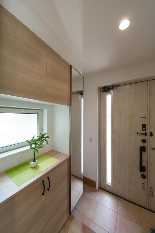 明るい木目調の収納扉が室内のナチュラルなテイストにマッチし、窓の自然光が温かみをプラスします。