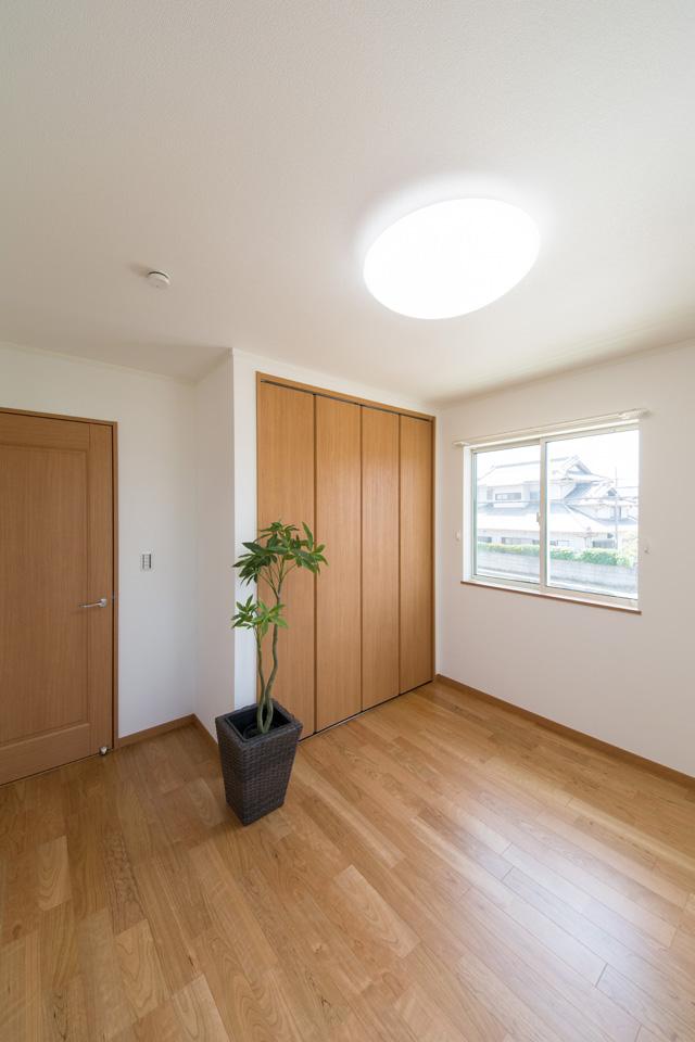 窓からの自然光が明るい2F洋室。