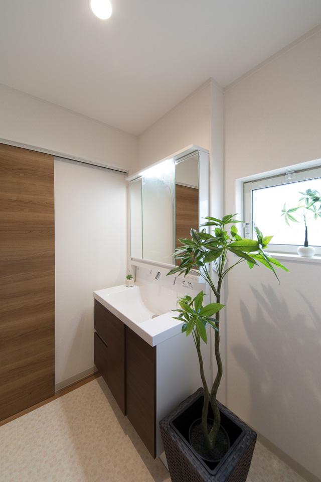 洗面化粧台扉をモカ色でアクセント、ナチュラルな空間のサニタリールーム。