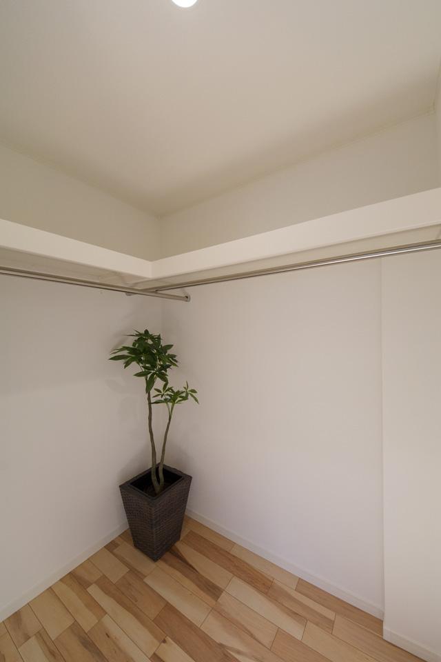 1.5帖のウォークインクローゼットを備えた2F主寝室。