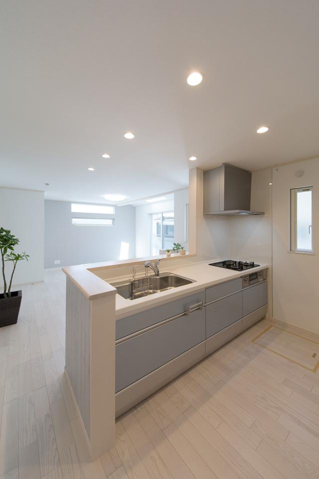 爽やかなブルーグレーのキッチン扉。清潔感溢れるキッチンスペース。
