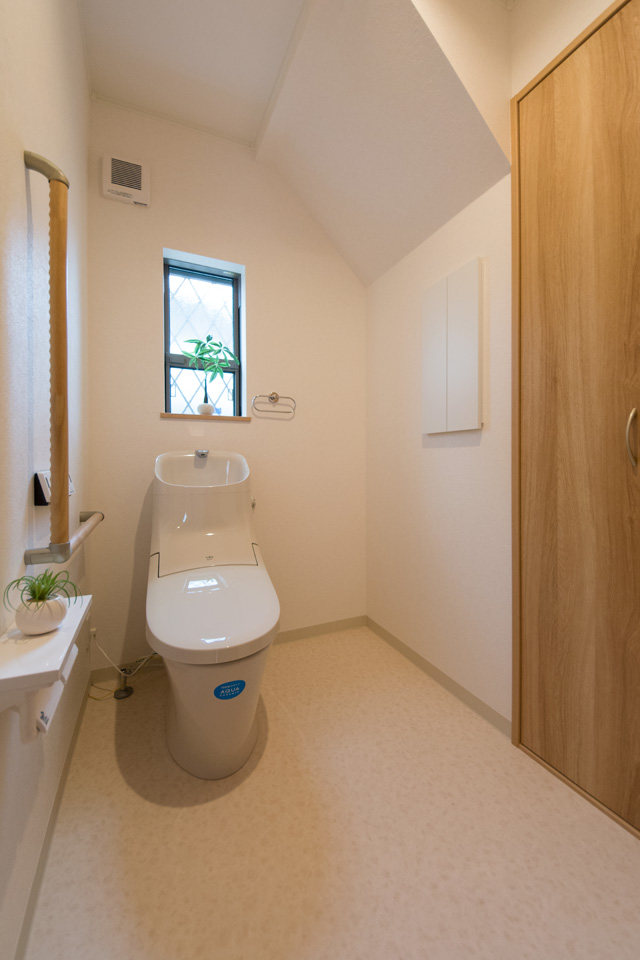 ゆとりのある1階トイレ。手すり設置で安全で快適な暮らしをサポート。