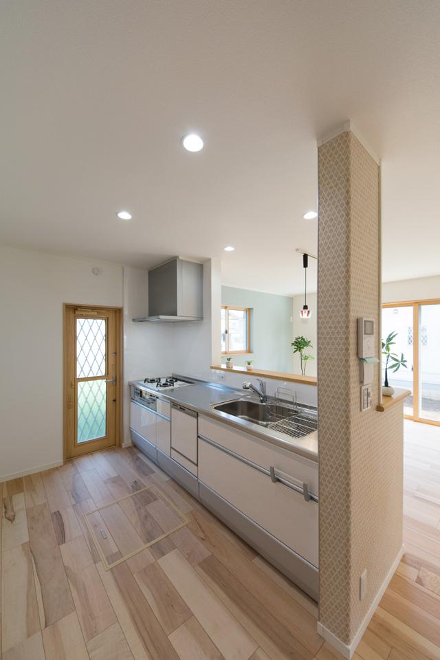 清潔感のある白いキッチン扉は、控えめで優しく、テキスタイルクロスやフローリングの美しさをより引き立たせます。