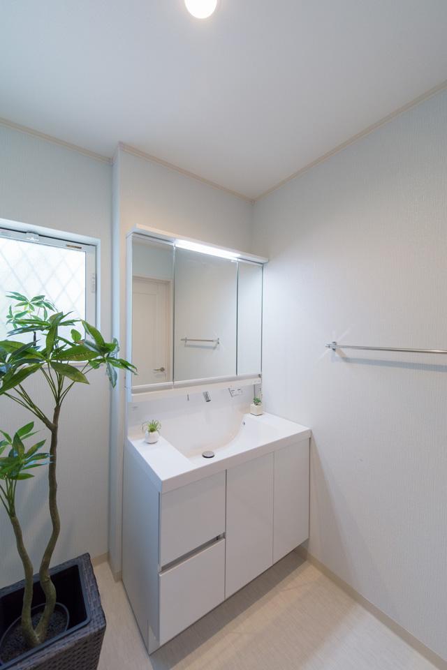 白を基調とした洗面スペース。ホテルのような上質で気品の溢れる空間です。