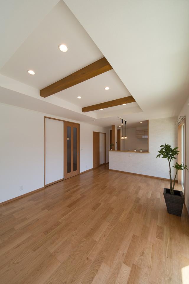 化粧梁をうまく利用し、一部折り上げ天井にすることで、より開放感のあるリビング・ダイニングになりました。