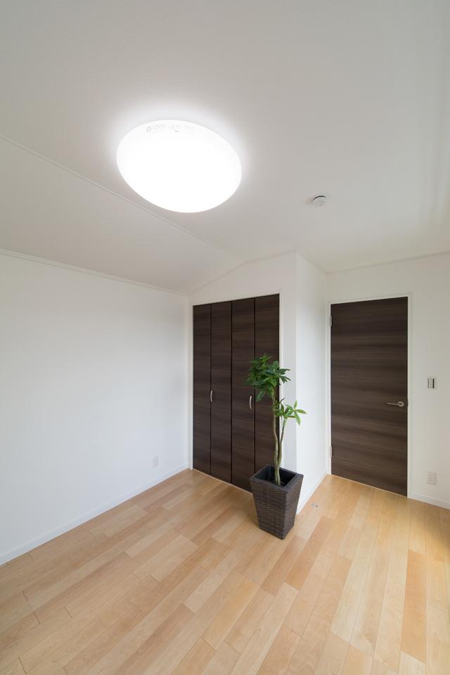 穏やかな木目のバーチを床材にダークブラウンの建具を合わせた、落ち着いた雰囲気の2階洋室。