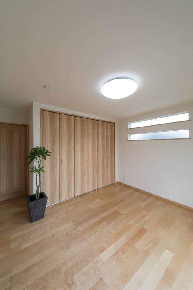 1F洋室。2連の横長窓を設け、プライバシーを確保しつつ自然光をオシャレに取り込みます。