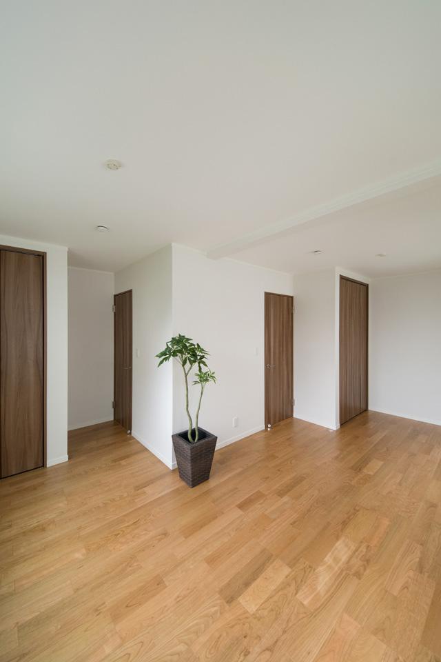 将来的に壁を設けて仕切れるので、ライフスタイルの変化に合わせて柔軟に対応できる2階洋室。
