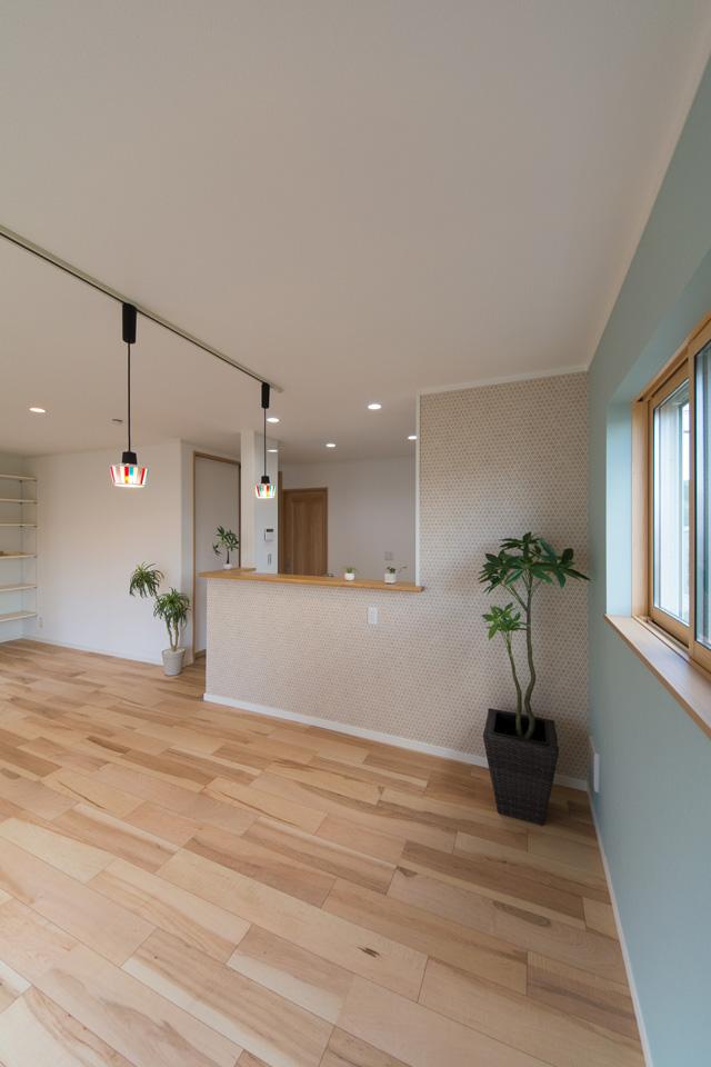 キッチン前の、石素材の質感を表現したテキスタイルクロスで、あたたかみのあるダイニング空間に。