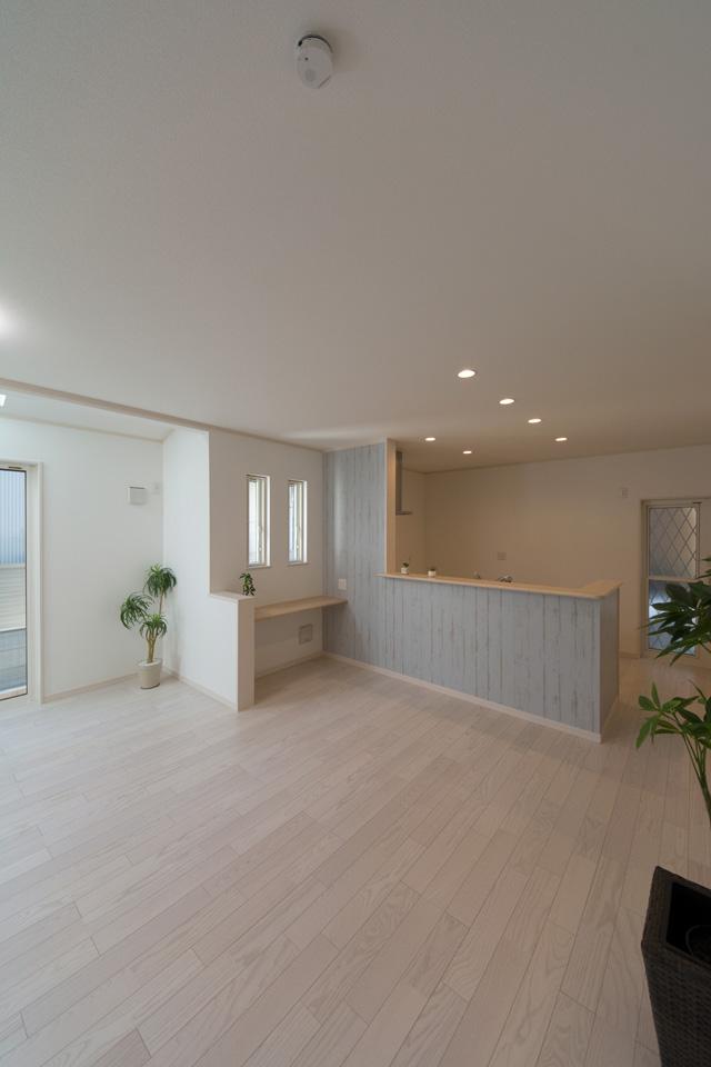 キッチン前のシャビーシックな木目調クロスがオシャレな空間を演出します。